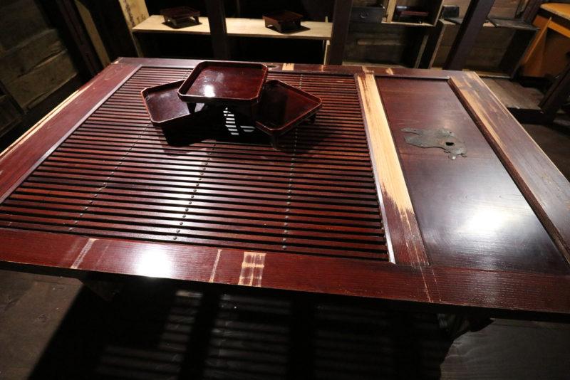 格子蔵戸のテーブル